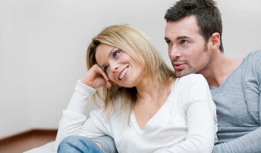 couple heureux sur canape