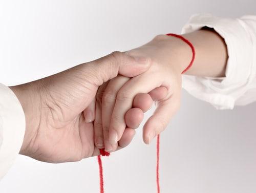 ruban rouge au poignet