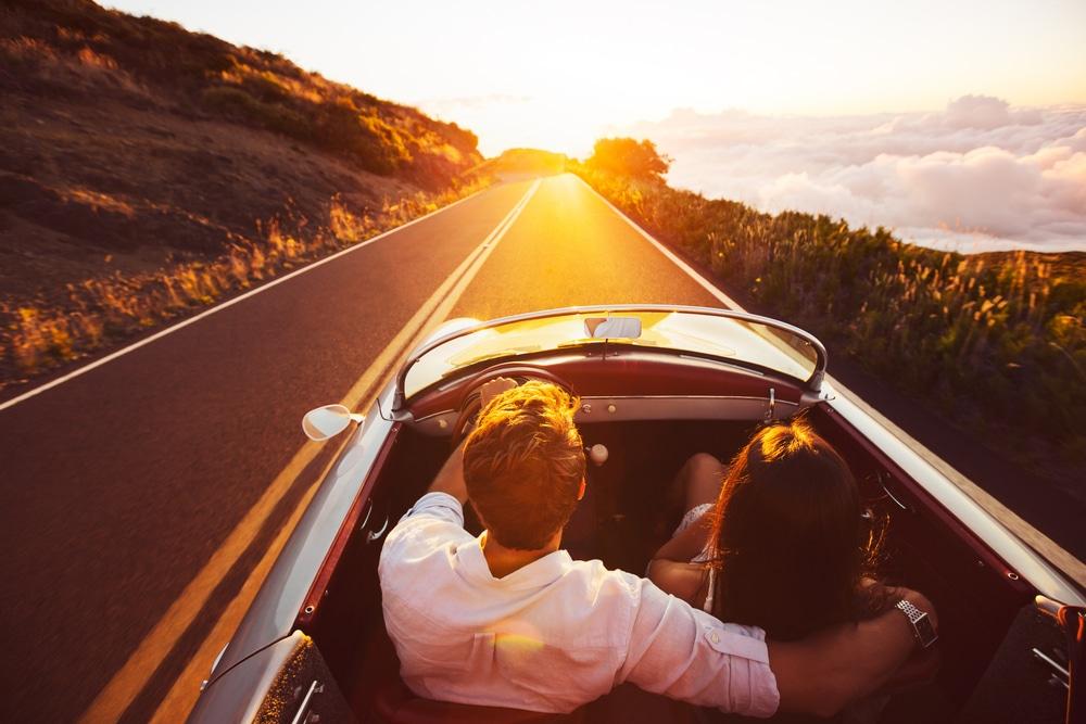 couple amoureux en cabriolet