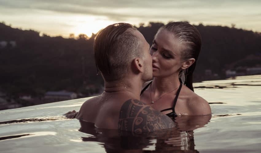 couple romantIue dans une piscine
