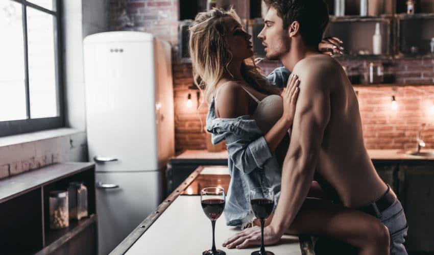 couple amoureux dans la cuisine