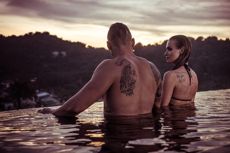 couple romantique devant un couche de soleil