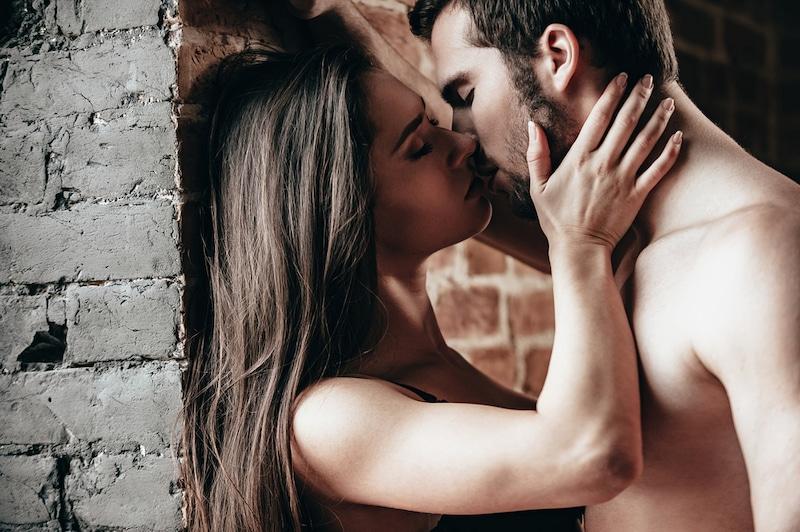couple qui s'embrasse