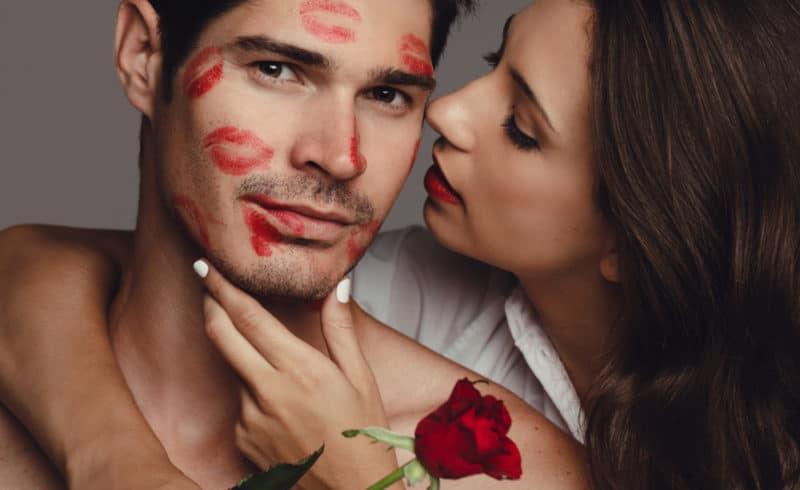 femme qui embrasse un homme