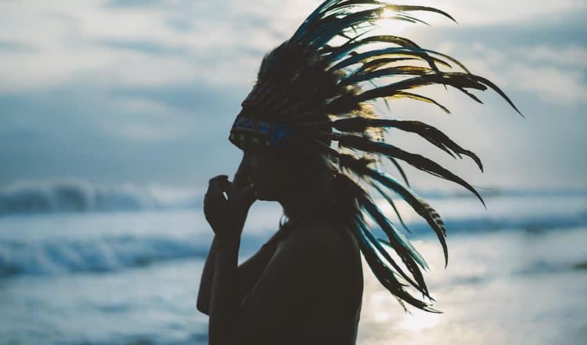 femme amérindienne devant l'ocean