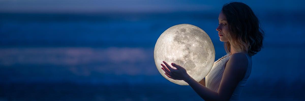 femme eclaire par la lune