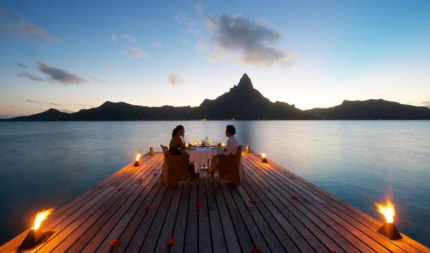 couple en diner au bord de l'eau