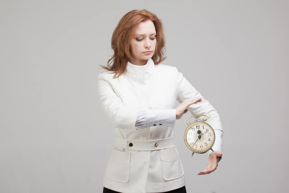 Femme qui tient une pendule pour de la telekinesie