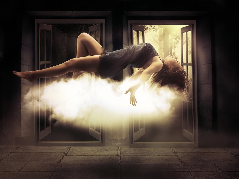femme en lévitation sur un nuage