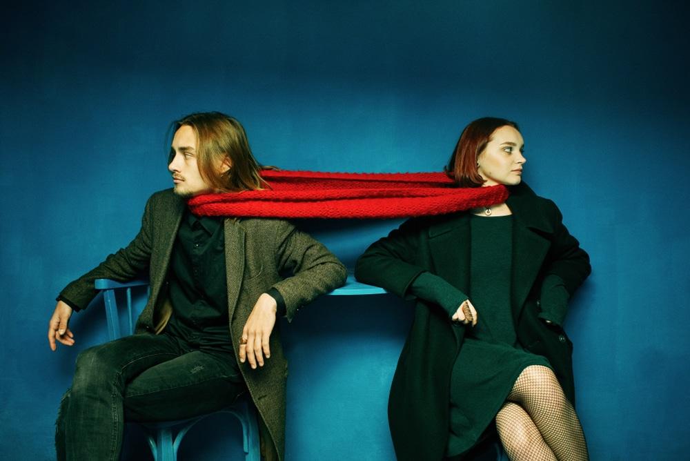 Couple lié par une écharpe rouge