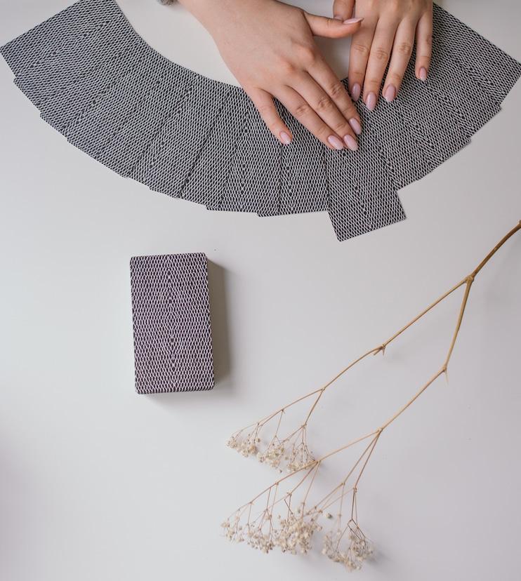 tirage de carte sur une table, pour une voyance de qualité