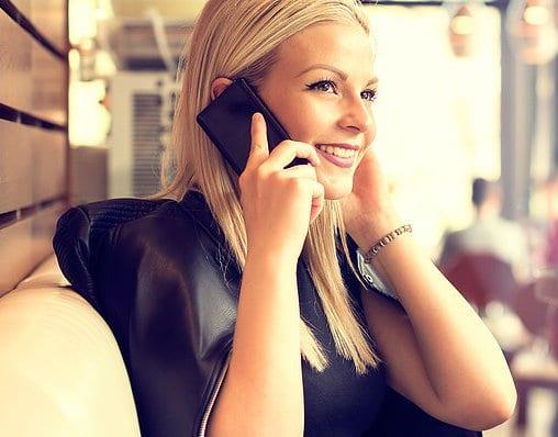 femme au téléphone pour une voyance gratuite