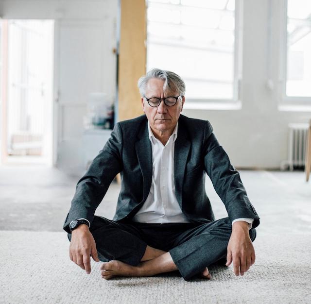 vieille homme qui pratique le yoga